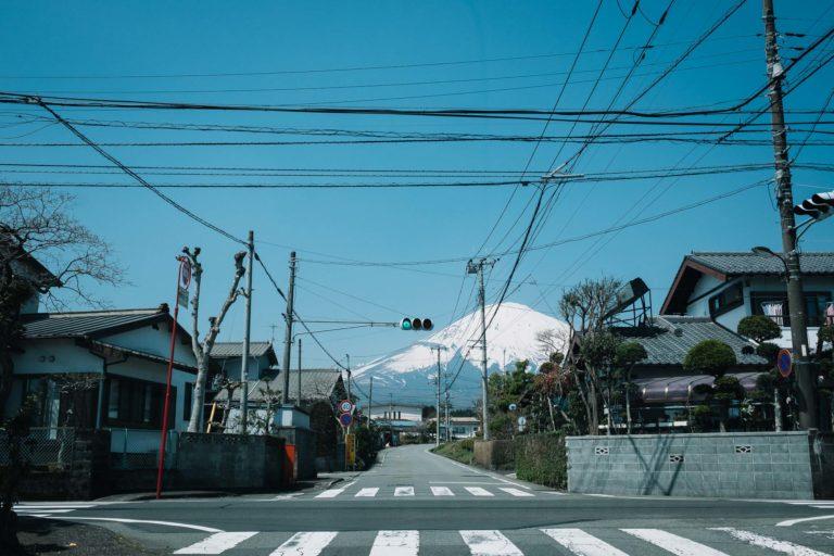 Blick auf Fujisan. Im Vordergrund eine Kleinstadt