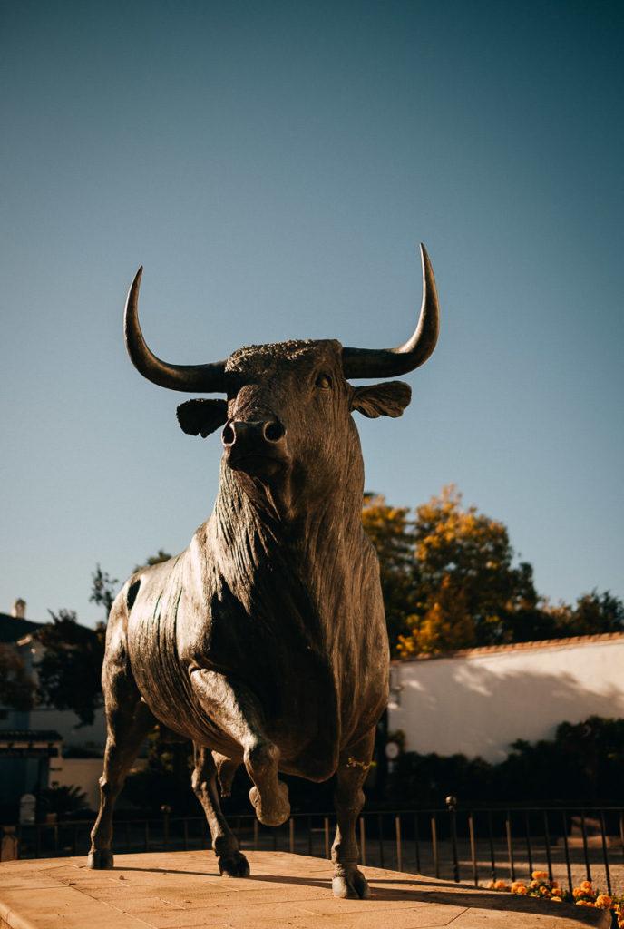 Stier aus Stein vor der Stierkampfarena in Ronda, Andalusien.