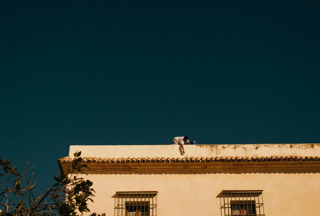 Maler verleiht einem Gebäude einen neuen Anstrich in Cádiz.