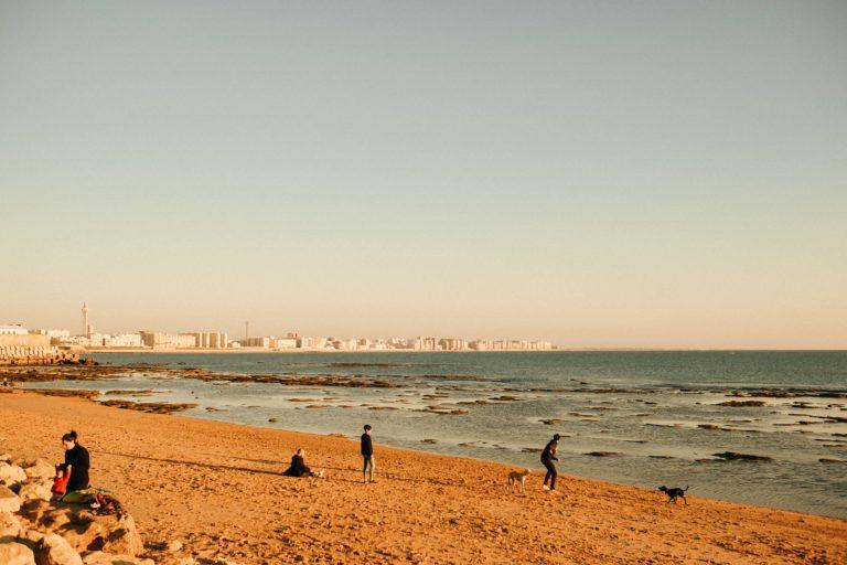 Cádiz Strand in Andalusien, Südspanien mit Blick auf die Stadt Cádiz