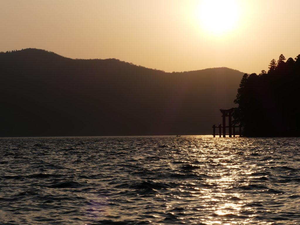 Sonnenuntergang beim Hakone-Schrein nahe des Fuji.