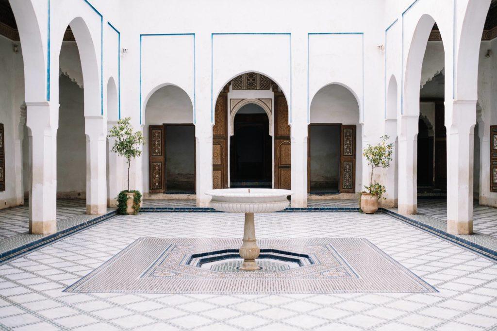 Weißer Innenhof mit Brunnen in Marrakesch