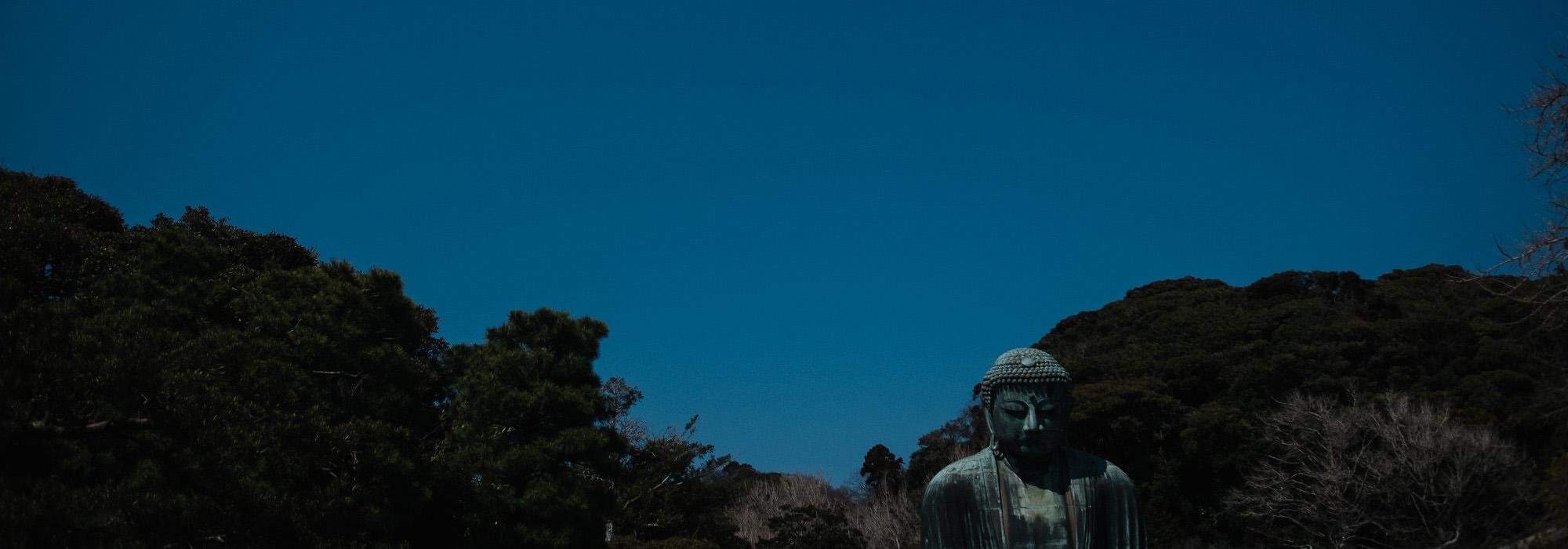 Großer Buddha in Kamakura bei 25 Grad und blauem Himmel