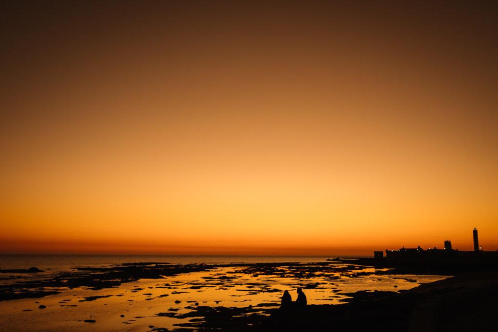 Sonnenuntergang am Stadtstrand in Cádiz.