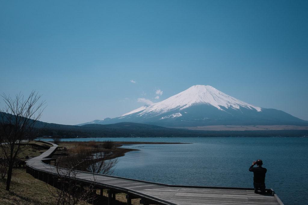 Mount Fuji bei Tokio. Wolkenloser Blick auf den Gipfel des Vulkans vor dem Yamanakako.