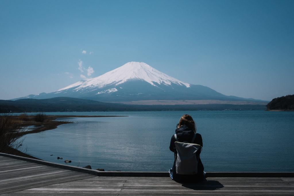 Johanna schaut auf den Mount Fuji am Yamanakako nahe Tokio.