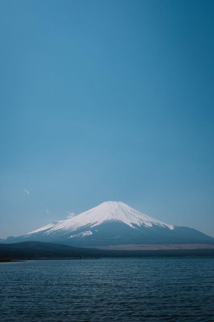 Hochkantbild des Mount Fuji am Yamanakako.