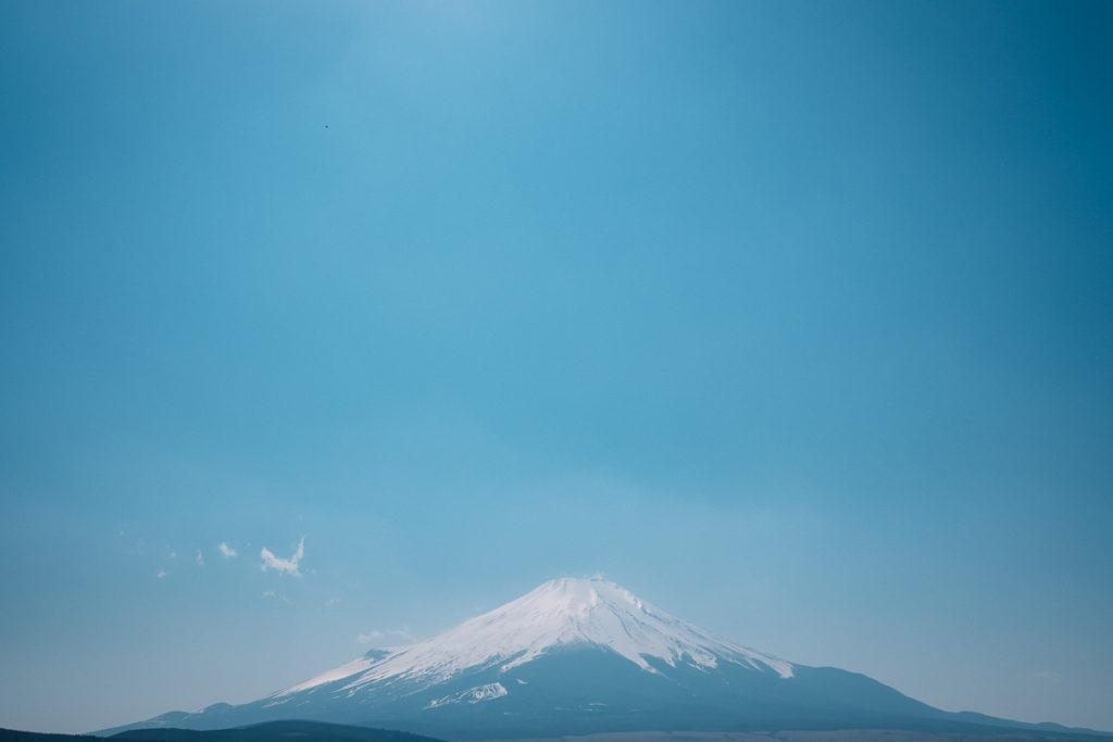 Der Gipfel des Mount Fuji ragt majestätisch in die Luft.