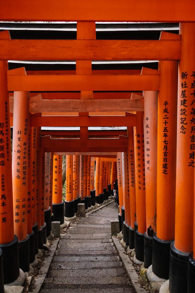 Berühmte Tore des Fushimi-Inari Schreins in Kyoto