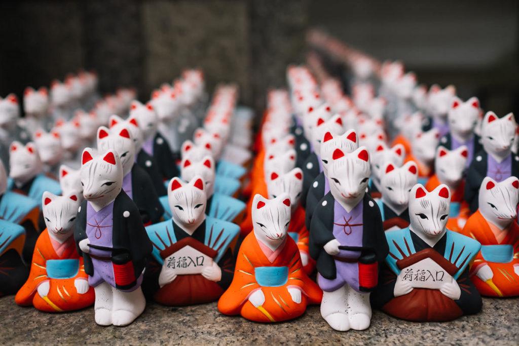Figuren im Fushimi-Inari Schrein in Kyoto