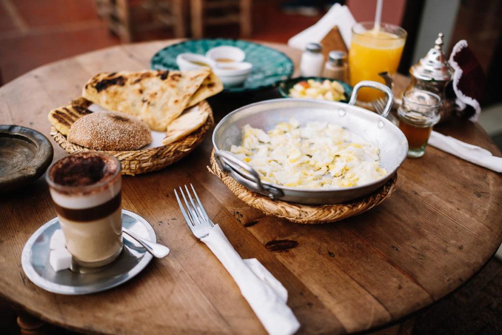Frühstück in einem Cafe über dem Djemaa el Fna in Marrakesch.