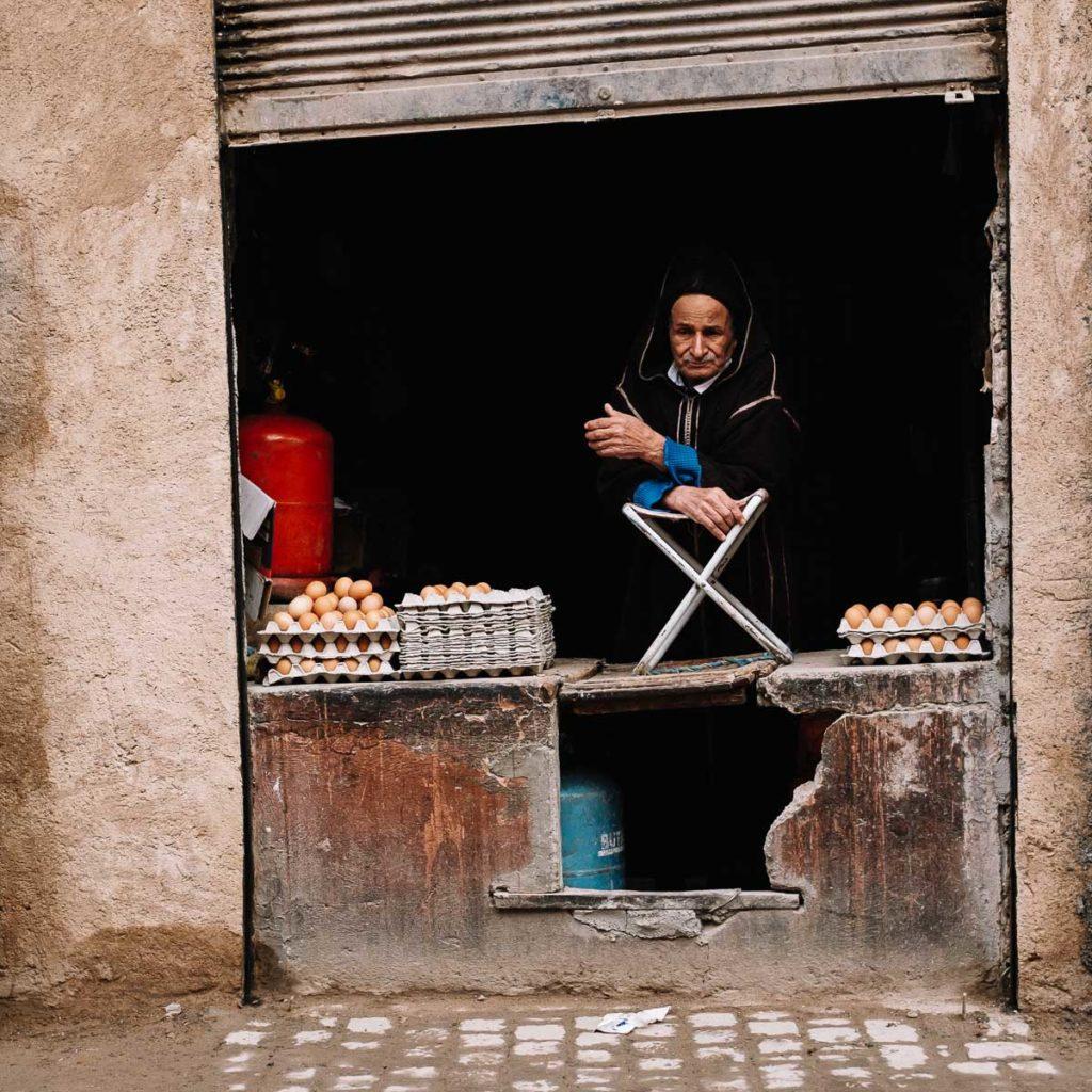 Eierverkäufer wartet auf Kundschaft in Marrakesch.