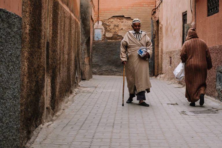 Gasse in Marrakesch Altastadt. Zwei Männer gehen ihre Wege.