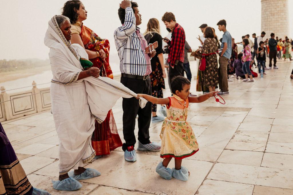 Menschenschlange vorm Taj Mahal in Agra, Indien
