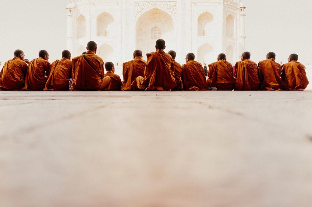 Mönche vor dem Taj Mahal in Agra, Indien