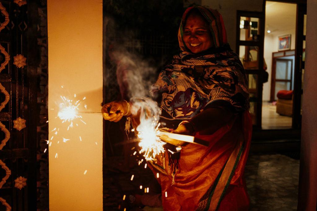 Wunderkerzen und Feuerwerk gehören zu Diwali wie die Öllämpchen, diyas