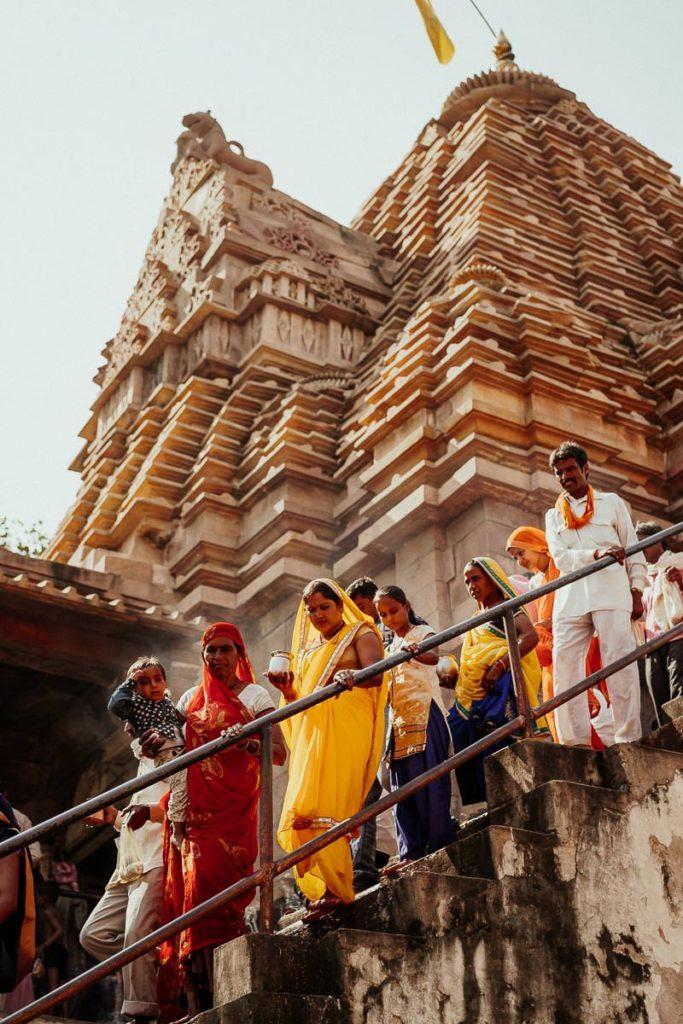 Gläubige Hindus beim Tempelbesuch zu Diwali in Khajuraho