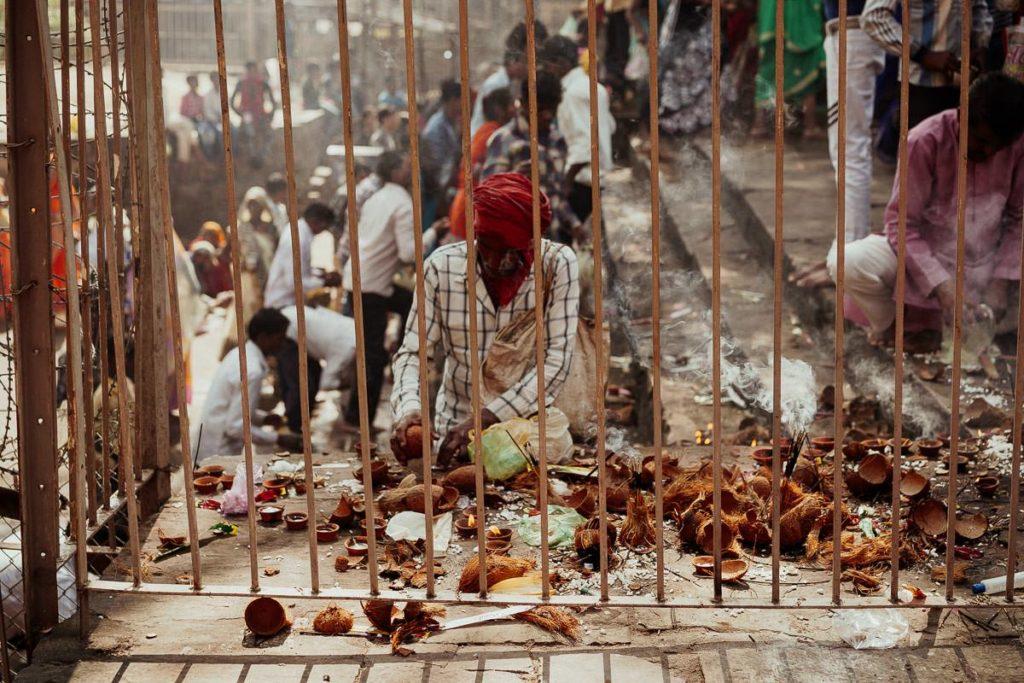 Opfergaben zu Diwali im Tempel in Khajuraho