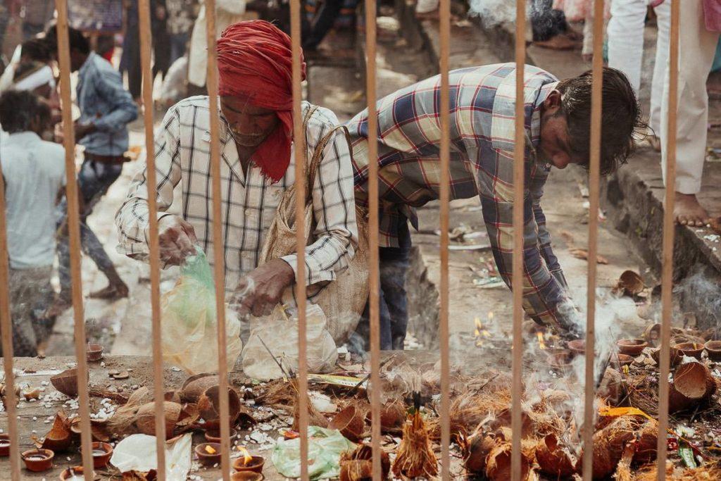 Diya und Opfergaben zu Diwali in Khajruaho