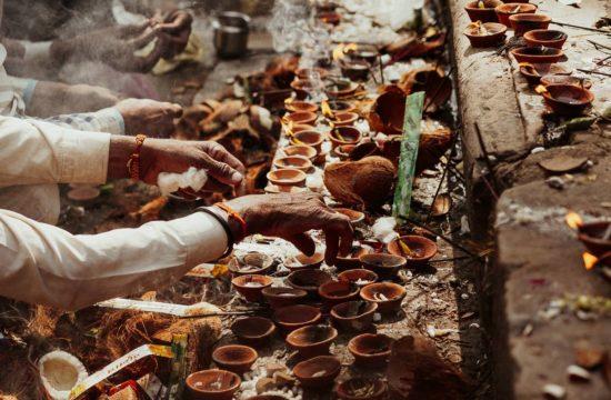 Entzündung von diya zu diwali in Khajuraho