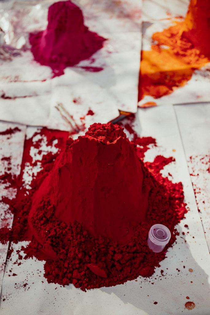 Rotes Pulver für den Segenspunkt auf der Stirn zu Diwali in Khajuraho