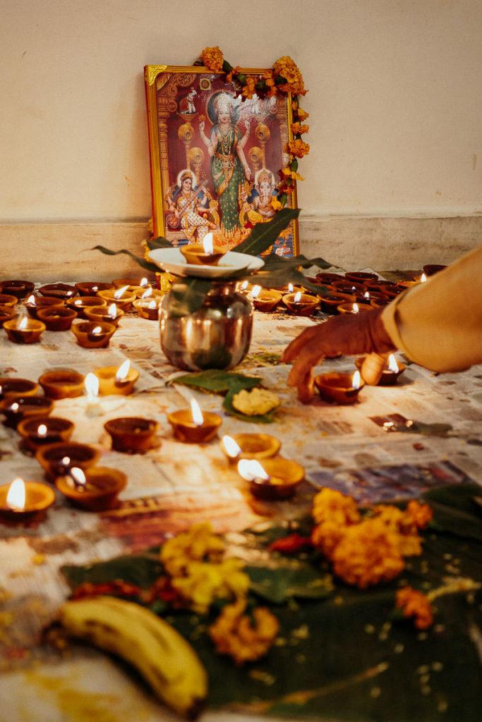 Zur Ehre der Göttin Lakshmi werden zu Diwali diyas entzündet und Opfer gebracht.