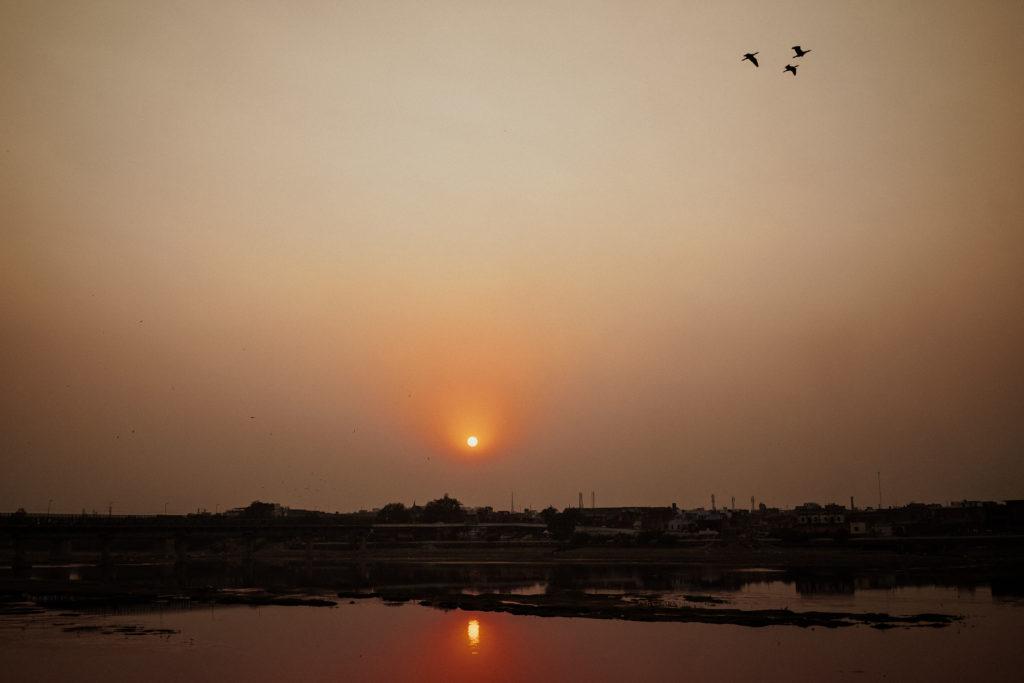 Sonnenuntergang im Smogdunst irgendwo in Indien