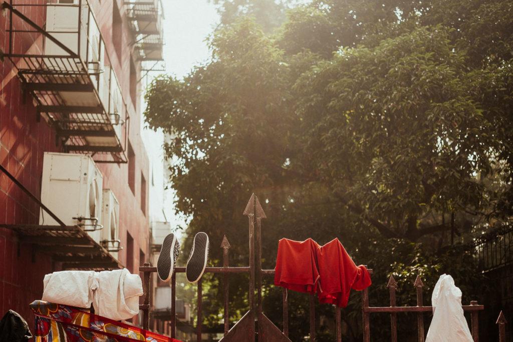 Sightseeing in Kolkata: Wäsche hängt überm Zaun.