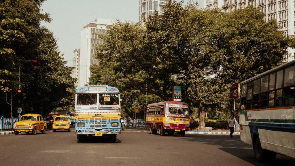 Busse auf der Straße in Kolkata.