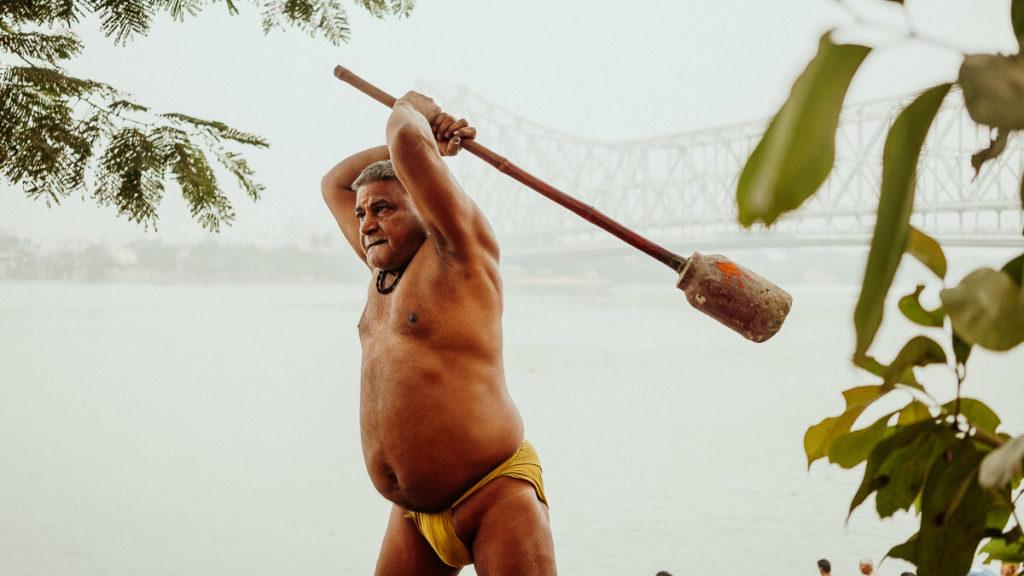 Training und Ringkampf zeichnen den Körper eines jahrelangen Wrestlers. Kushti, das traditionelle Ringen in Kolkata.