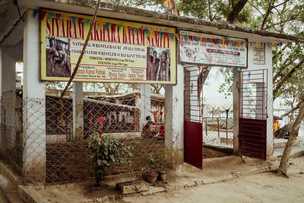 Berühmte Ringkampfarena in Kolkata bei der Howrah Bridge und beim Flower Market Kolkata. Hier wird Kushti, das traditionelle Ringen, trainiert.