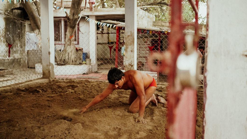 Die Ringkampfarena in Kolkata wird für den Trainingskampf vorbereitet. Hier trainieren die Kämpfer das Kushti, das traditionelle Ringen.