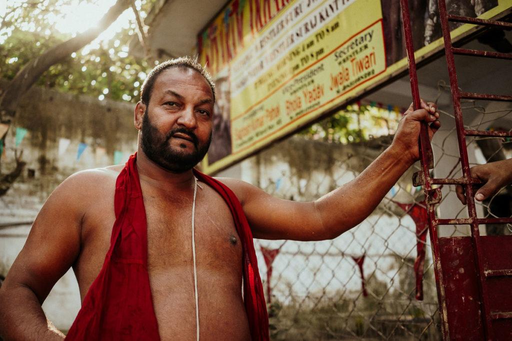 Wrestling Guru Jwala Tiwali vor der Ringkampfarena in Kolkata nahe der Howrah Bridge und dem Flower Market Kolkata.