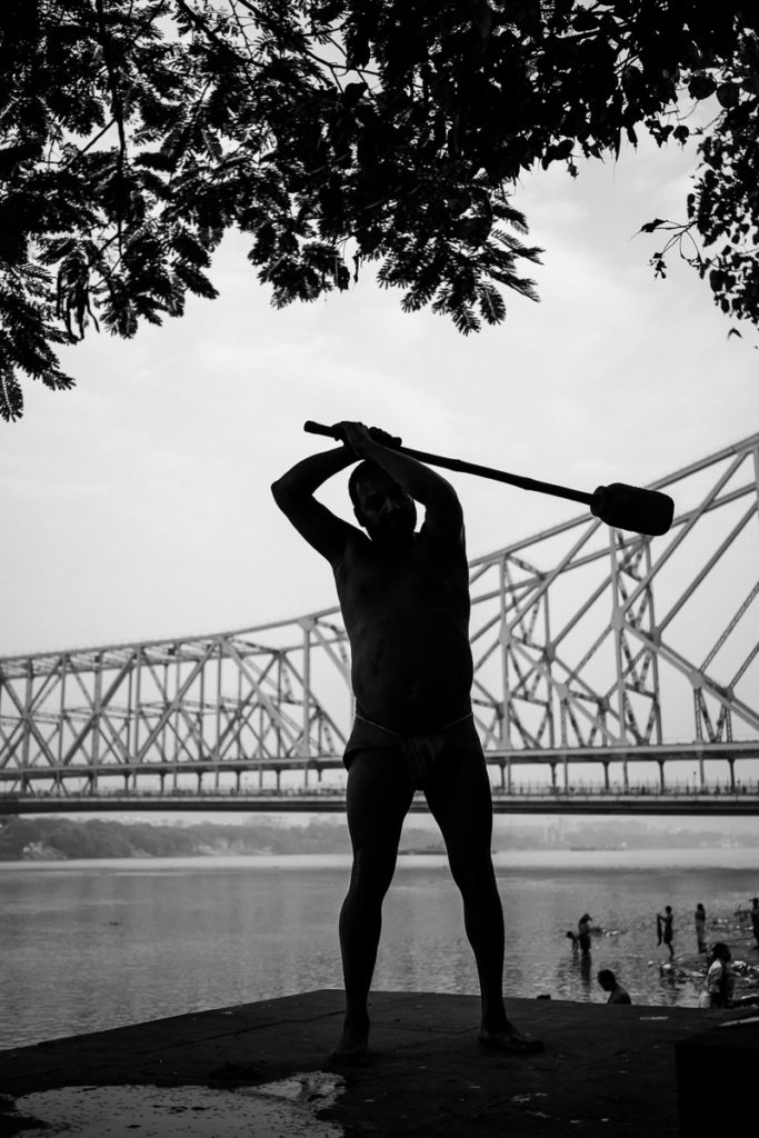 Training für den Ringkampf vor der Howrah Bridge in Kolkata.