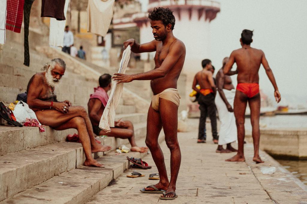 Tägliche Waschungen am Ghat des Ganges in Varanasi. Männer bei der morgendlichen Waschroutine im Ganges.
