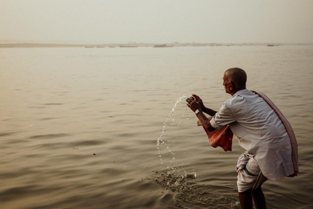 Waschung im Ganges in Varanasi. Tägliches Ritual in Varanasi.