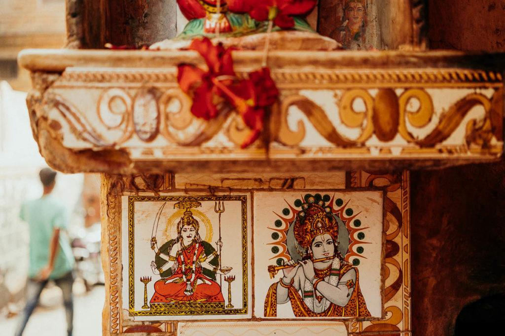 Detail im Nepali Tempel in Varanasi.