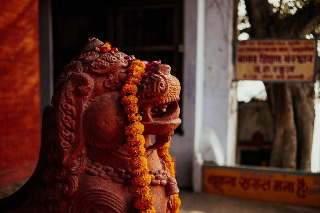 Statue im Nepali Tempel in Varanasi.