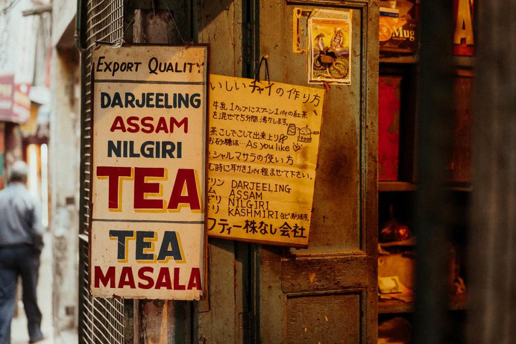 Masala Chai, indischer Chai, also schwarzer Gewürztee mit Milch in Varanasi.