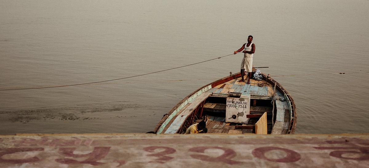 Boot auf dem Ganges in Varanasi. Das Leben im und am Ganges hat eine wichtige Bedeutung für Hindus.