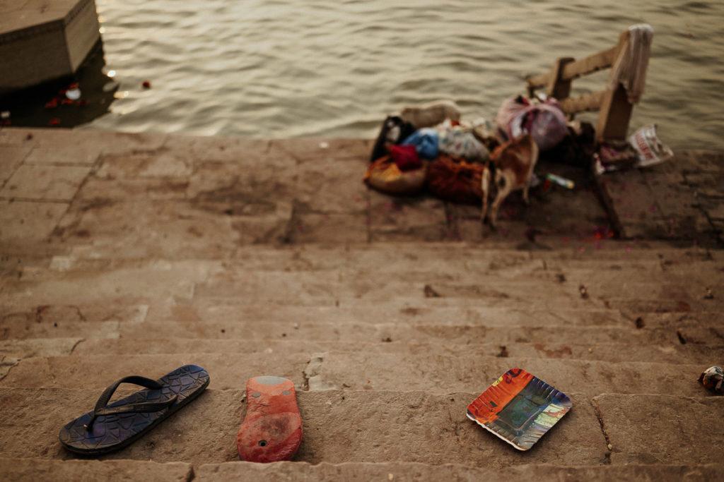 Ganges in Varanasi, der heiligste Fluss Indiens. Der Ganges in Varanasi wird verehrt und dennoch landet auch viel Abfall im Ganges.