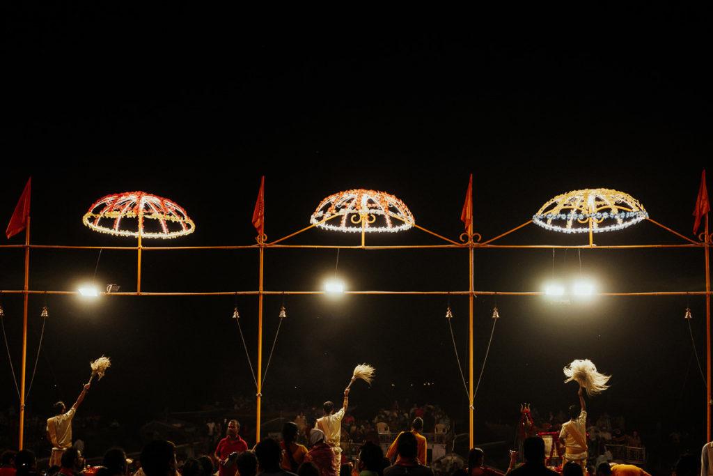 Das Aarti Ritual in Varanasi ist jeden Abend ein Fest für Gläubige und Touristen.
