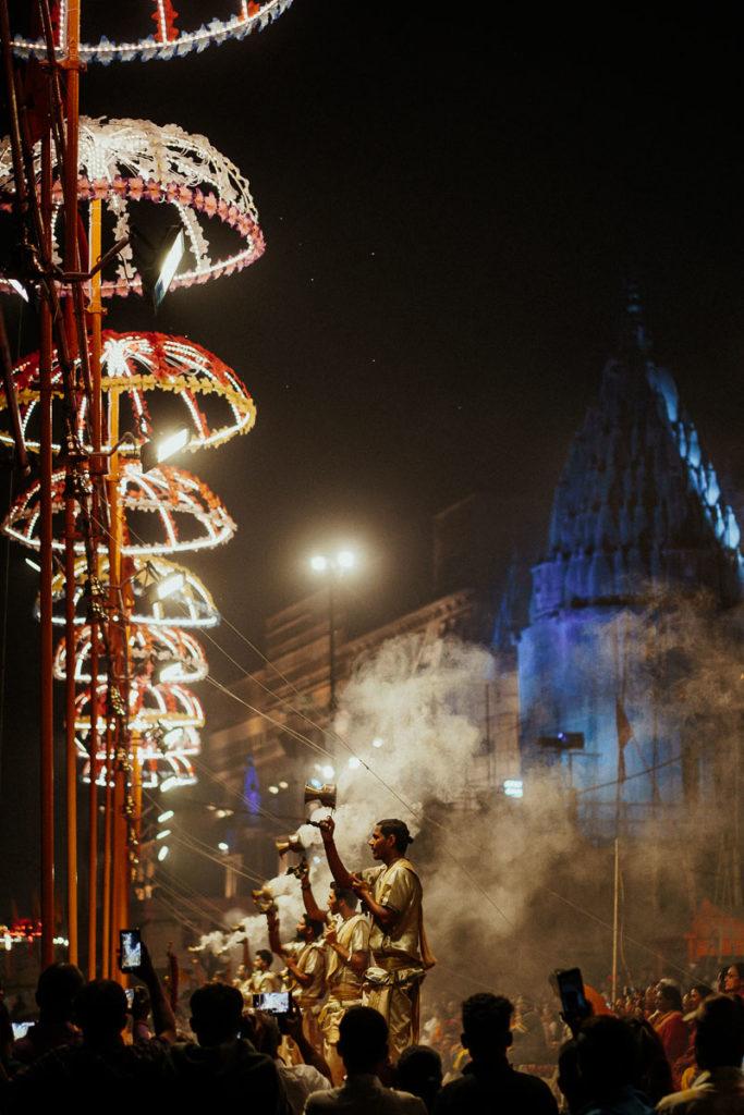 Das Aarti Ritual am Ganges zieht Einheimische und Besucher jeden Abend an das Ufer des Ganges.