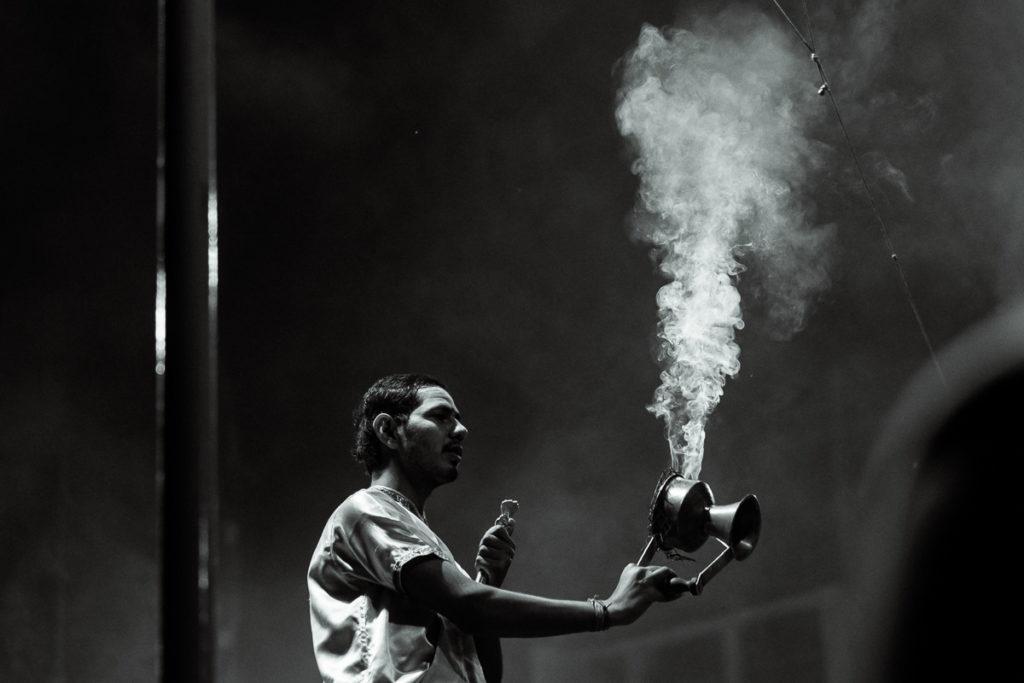 Aarti Ritual am Ganges in Varanasi. Jeden Abend wird das Aarti Ritual gefeiert.