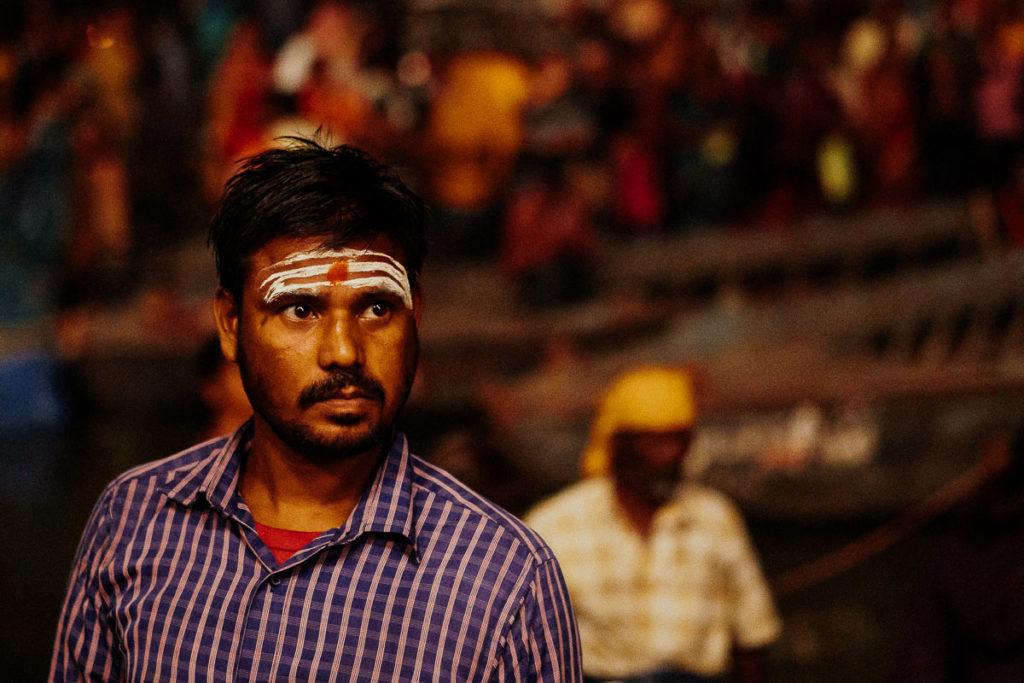 Heilige Zeichen der Segnung tragen Männer und Frauen im Hindusimus auf ihren Stirnen.