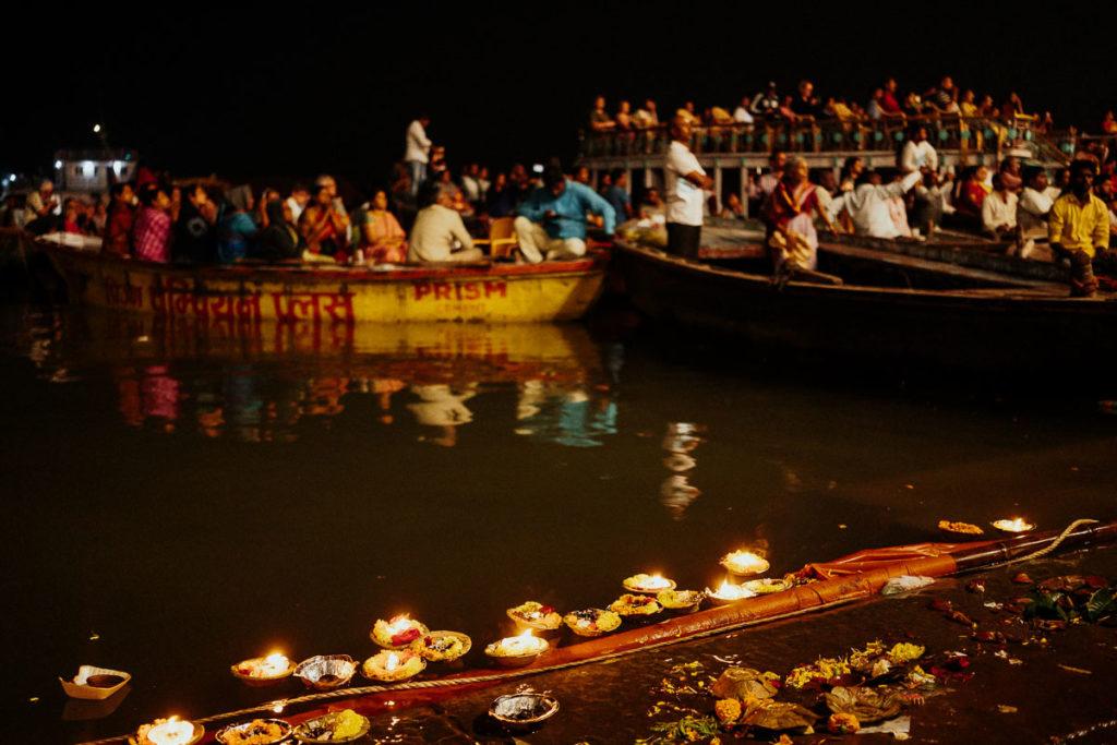 GGuter Blick auf das Aarti Ritual am Ganges. Viele Menschen sind in Booten.