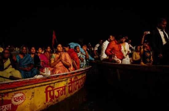 Gläubige und Neugierige beobachten das Aarti Ritual in Varanasi vom Boot aus.