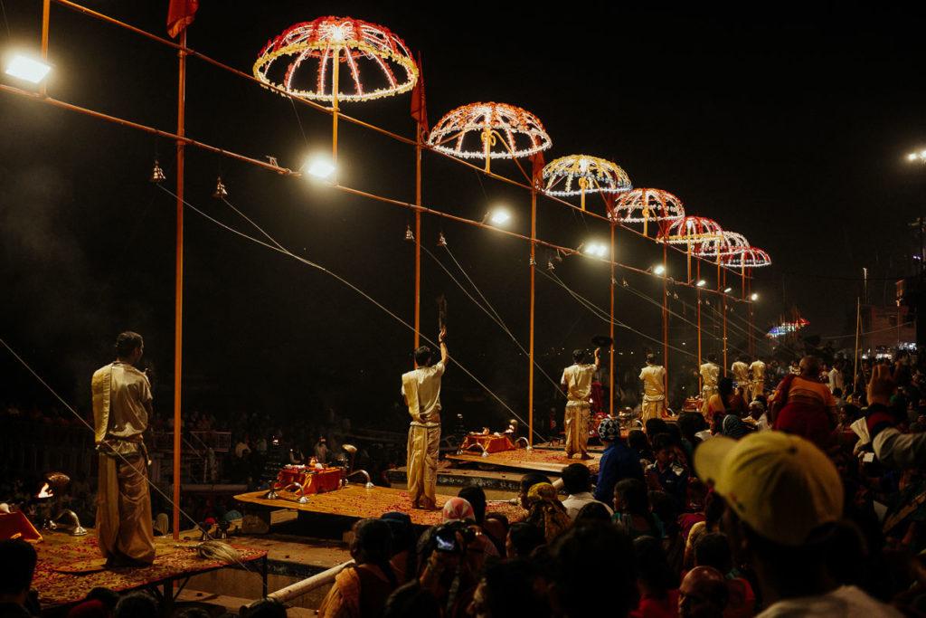 Die Religionsgelehrten (Pandits) begehen das Aarti Ritual zu Ehren der Göttin Ganga.