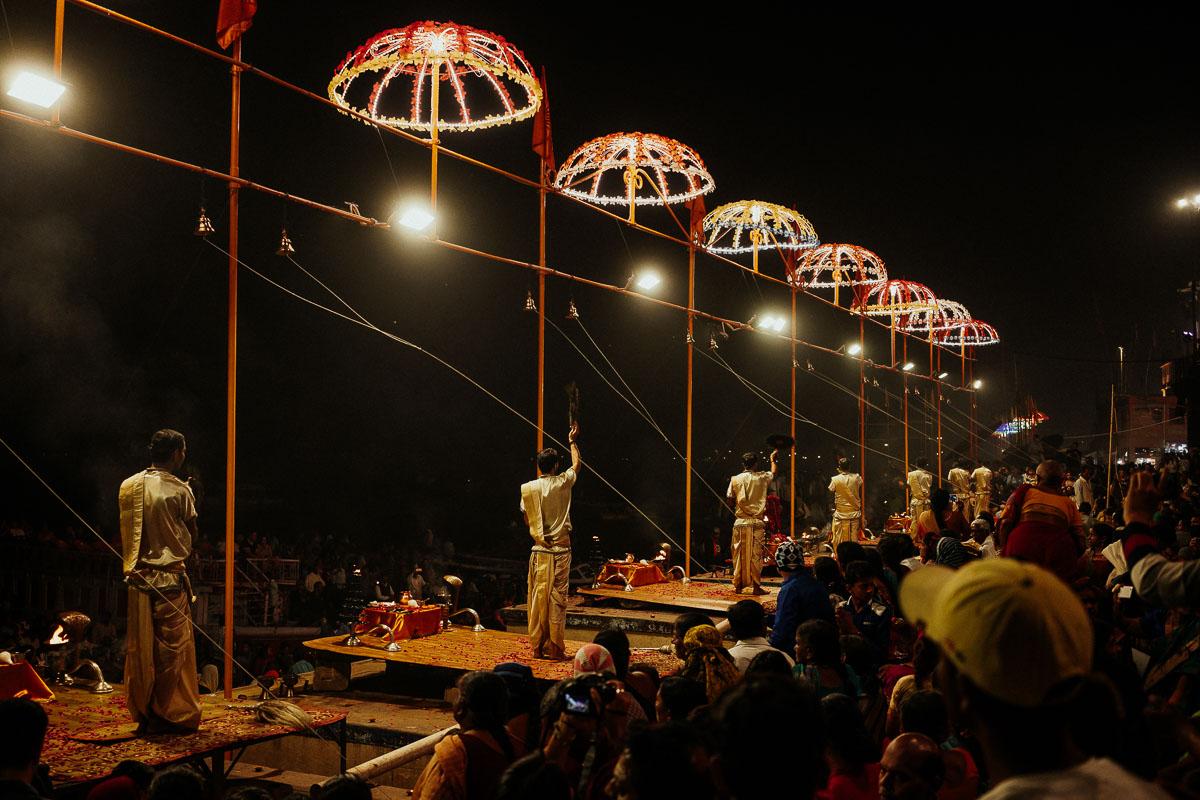 Junge Religionsgelehrte bringen der Göttin Ganga ein Feuerritualdar, das Aarti Ritual