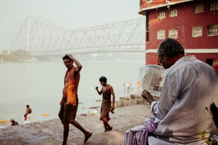 Auf dem neuesten Stand: morgendliches Zeitunglesen am Fluss Hugli in Kolkata.
